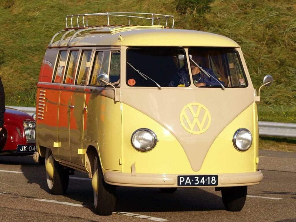 Volkwagen busje als trouwvervoer