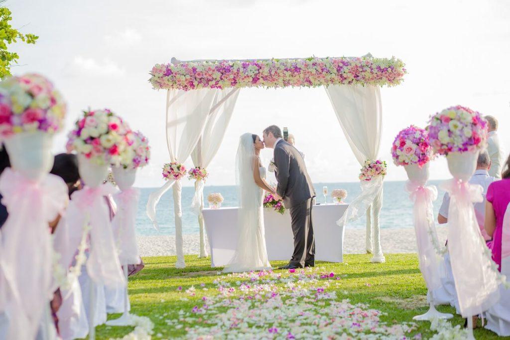 Trouwambtenaar op een niet trouwen feest
