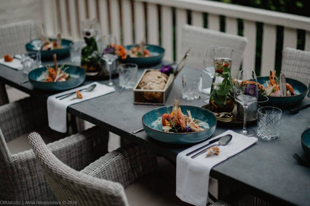 Een mooi gedekte tafel voor tijdens het diner