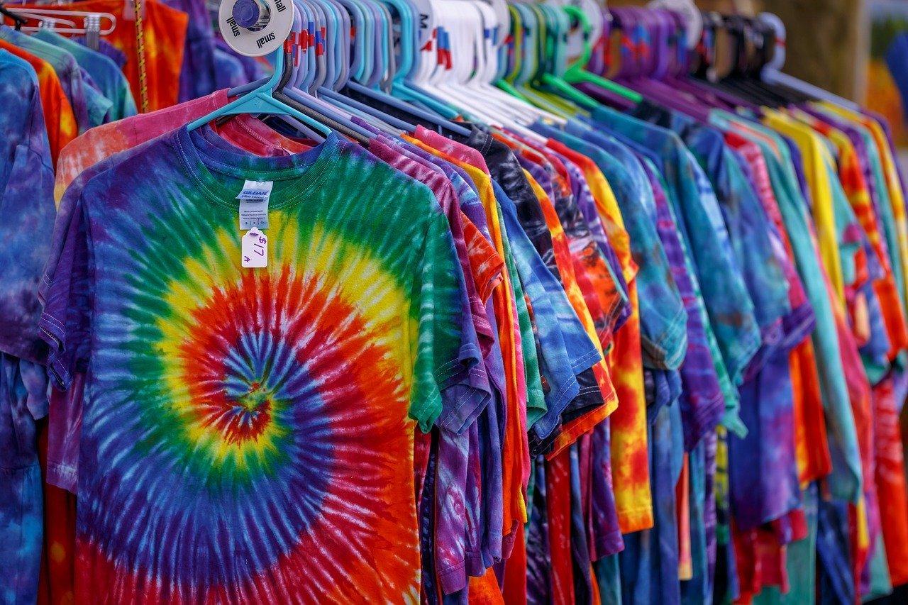 Tie-dye t-shirts voor het flower power feest